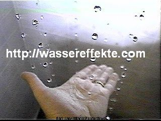 w powietrzu wisiace krople wodne